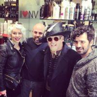 רוברט קרומינס עם צוות המספרה Nv Hair