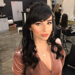 הפיינליסטית של התוכנית הכוכב הבא אדווה עומר הגיעה לסדר את שערה בסלון גיורא של אמן התסרוקות גיורא יצחקוב לקראת הגמר הערב שישודר הערב בערוץ 12