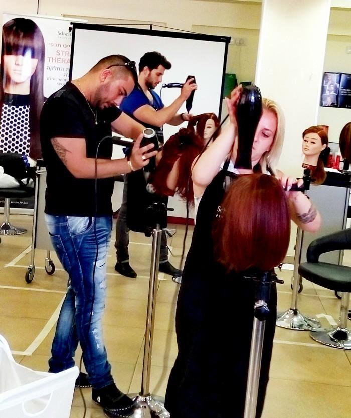 סיוון מדמוני, מדריכה מוסמכת של שוורצקופף פרופשיונל, בסמינר מעשי למעצבי שיער.