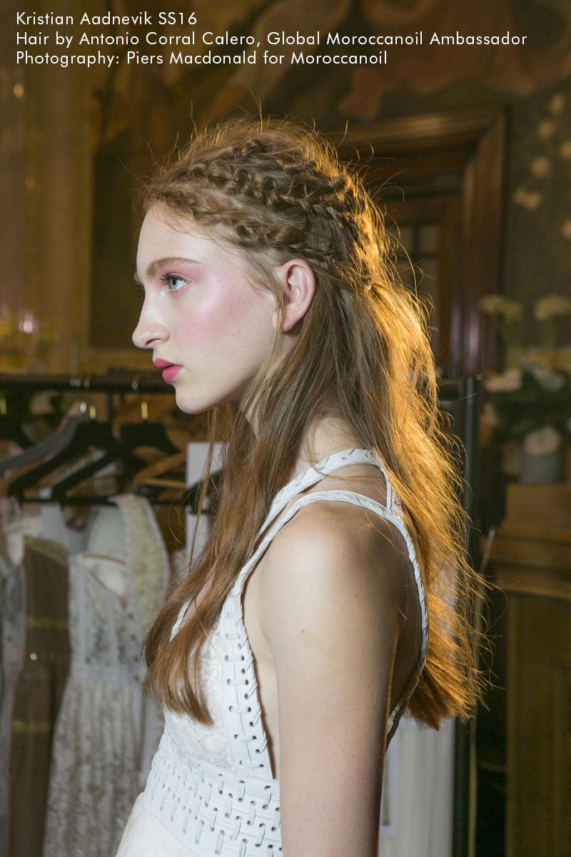 מראות שיער מתוך שבוע האופנה בלונדון מהתצוגה של Kristian Aadnevik -קיץ2016-באדיבות MOROCCANOIL