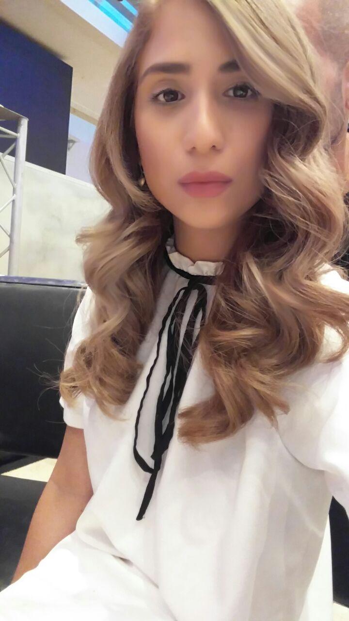 מעצבת השיער ג'זל בינון טיפול בפייברפלקס של שוורצקופף פרופשיונל
