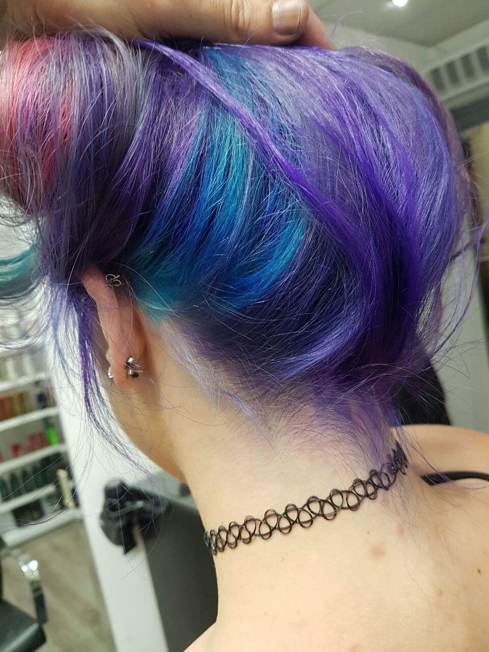 מעצב השיער גיא רומנו מפציץ בצבע