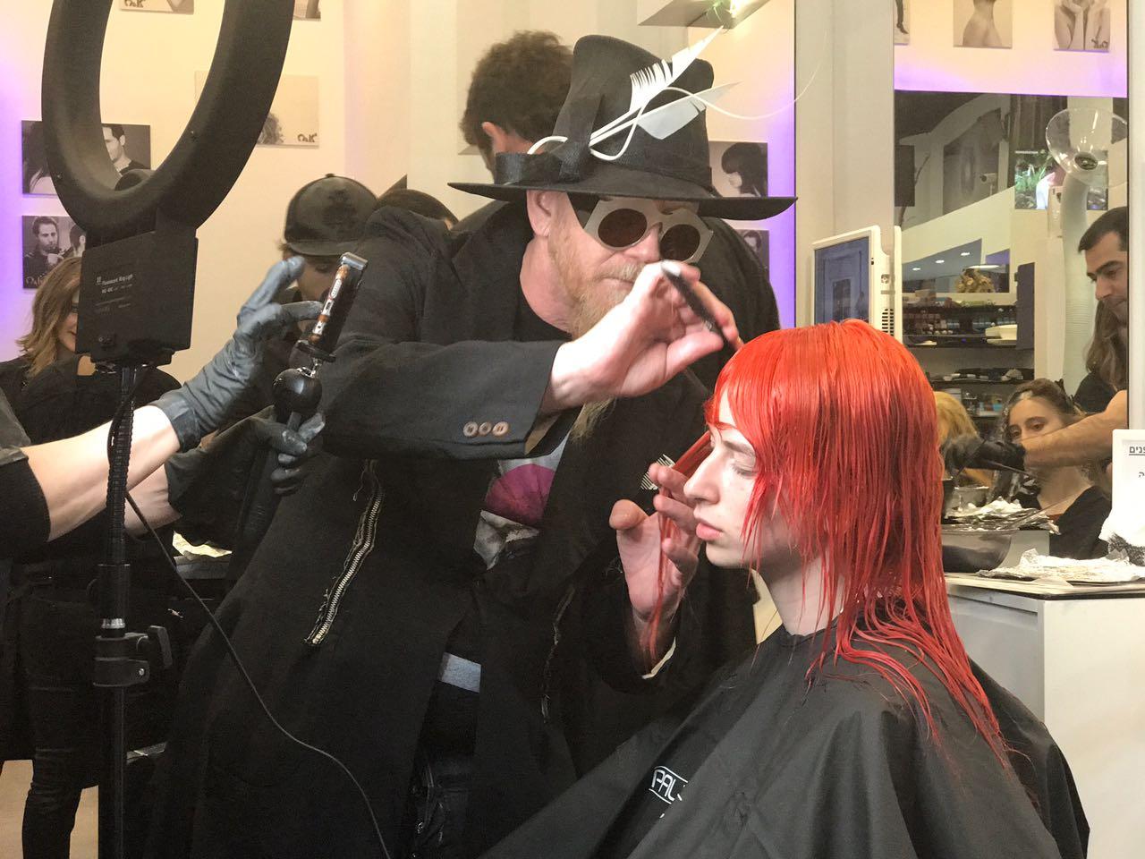 מעצב השיער רוברט קרומינס מאחורי הקלעים לקראת ההופעה.