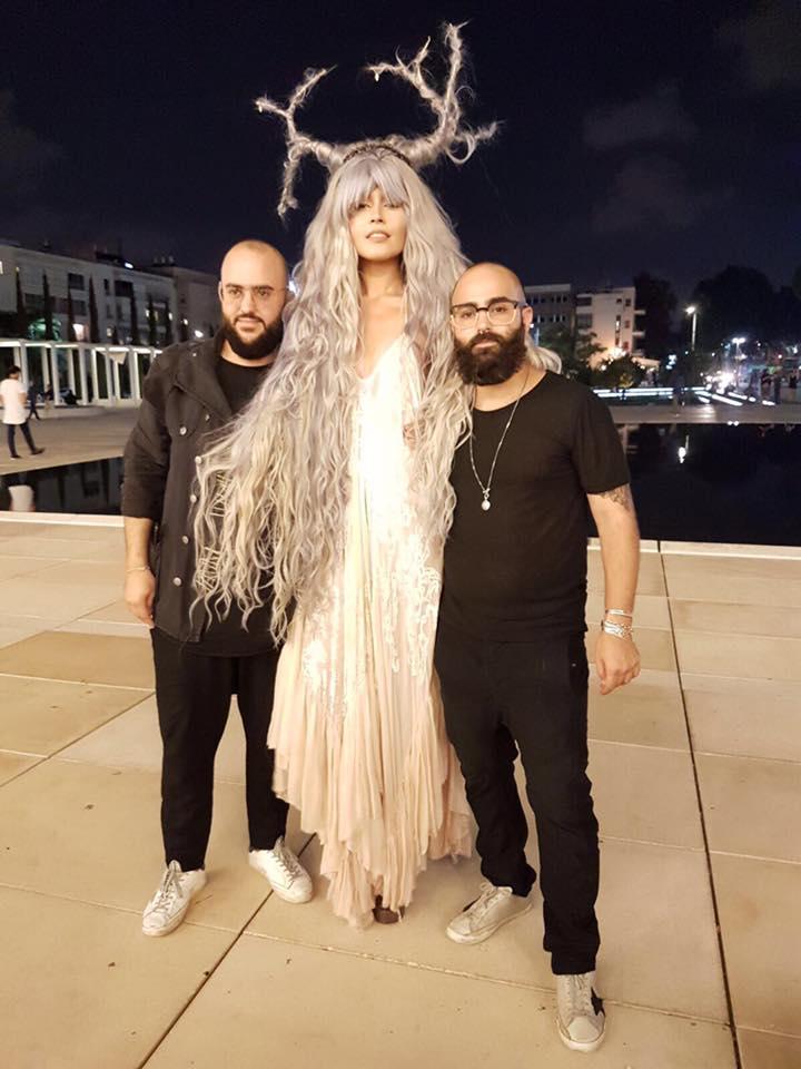 """מעצבי השיער נדב ועמית סונגו עם דוגמנית שעל ראשה לא פחות מ-2 ק""""ג תוספות שעיר של חברת """"Wish Hair Extensions"""" ."""