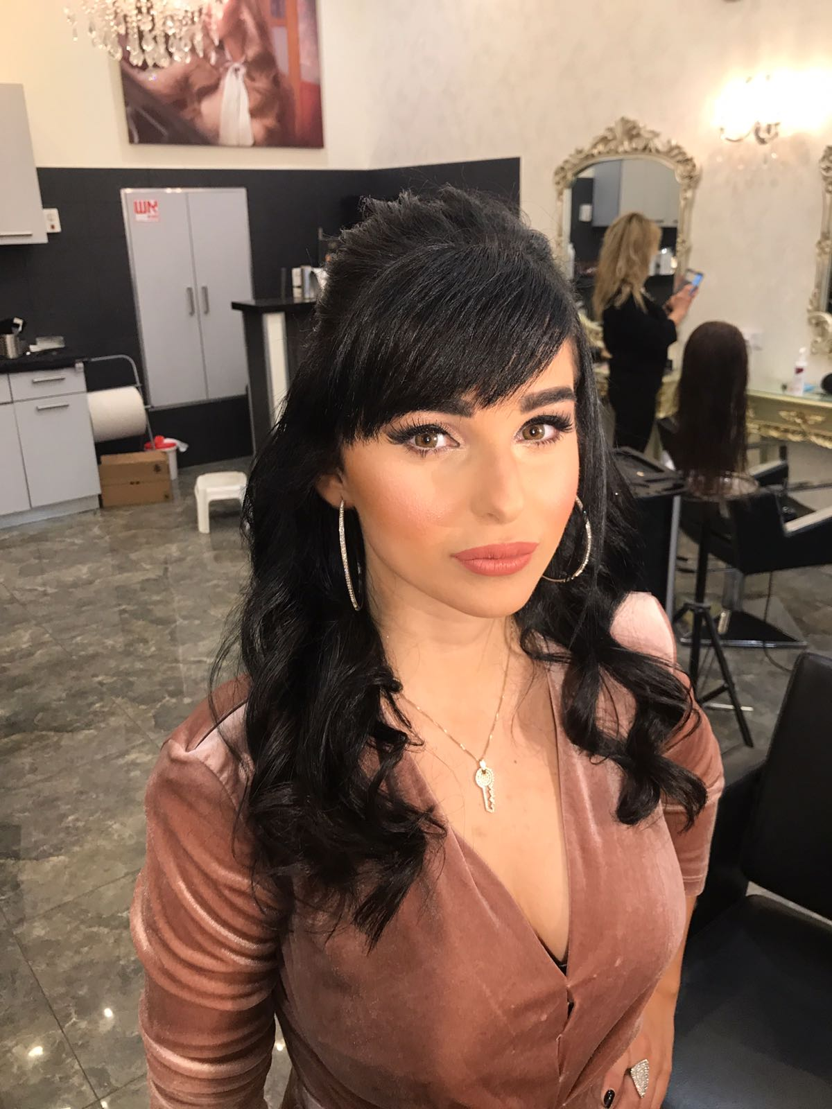אדווה עומר הגיעה לסדר את שערה בסלון גיורא של אמן התסרוקות גיורא יצחקוב