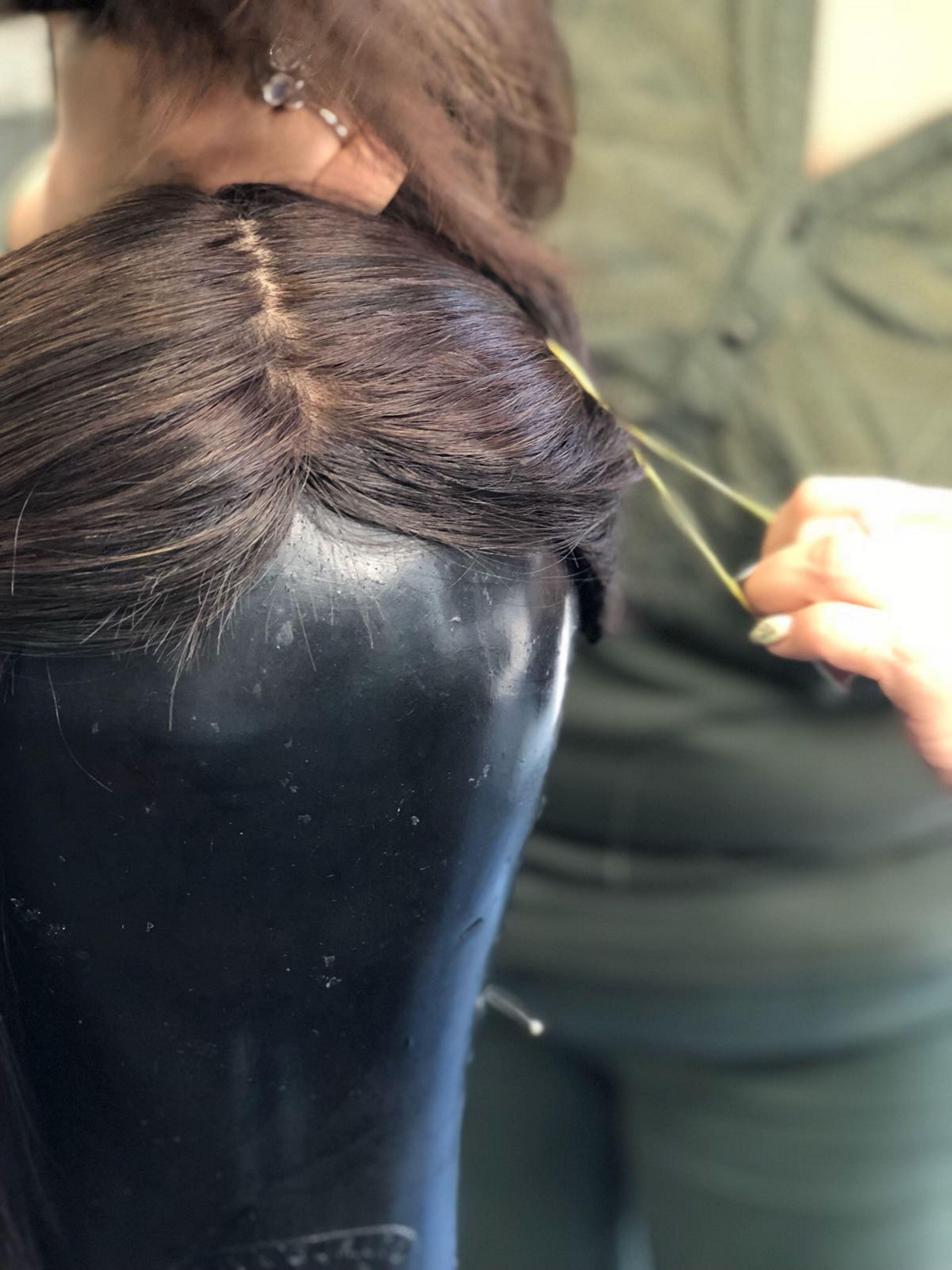 1. פותחים שביל אמצע ואוספים את השיער מתוח לשתי קוקיות