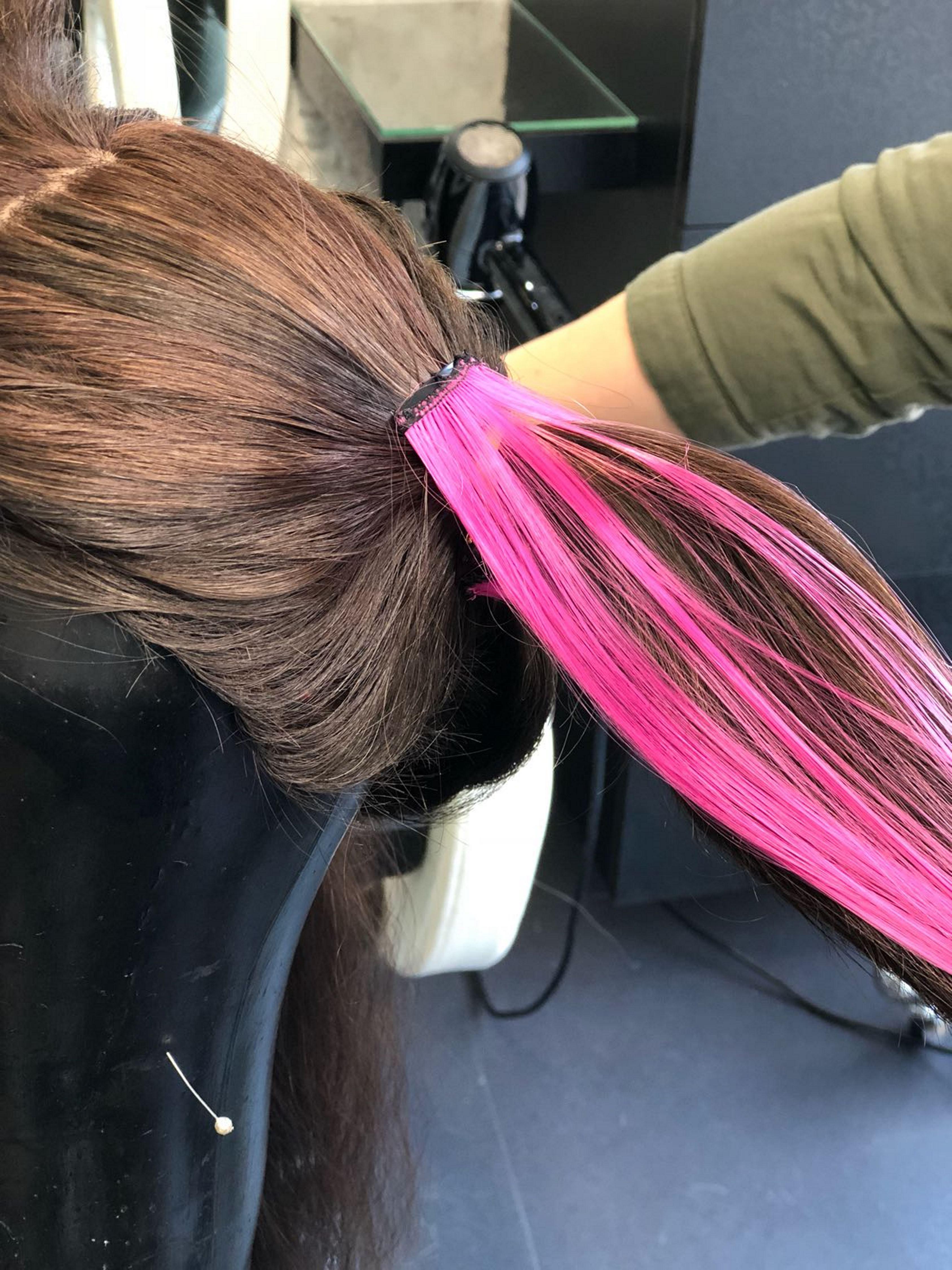 2. מוסיפים תוספת שיער בצורת פס ורוד שנתפס בקליפס