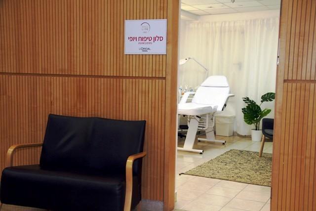 לוריאל ישראל משיק סלון טיפוח ויופי לנשים המטופלות במחלקה האנקולוגית בשיבה תל השומר צלם אסף לב (1) (Custom) (2)